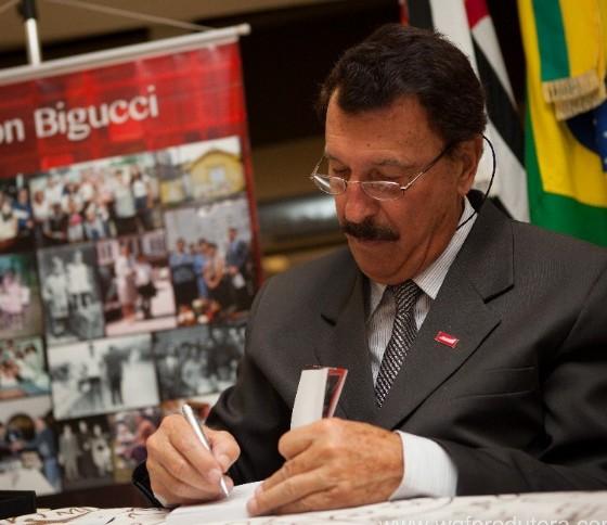 Milton Bigucci autografa livros