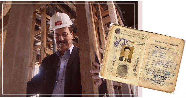 Construtor Milton Bigucci posa para foto em meio às madeiras da obra, tendo ao lado da fotografia central uma cópia da sua carteira de trabalho.