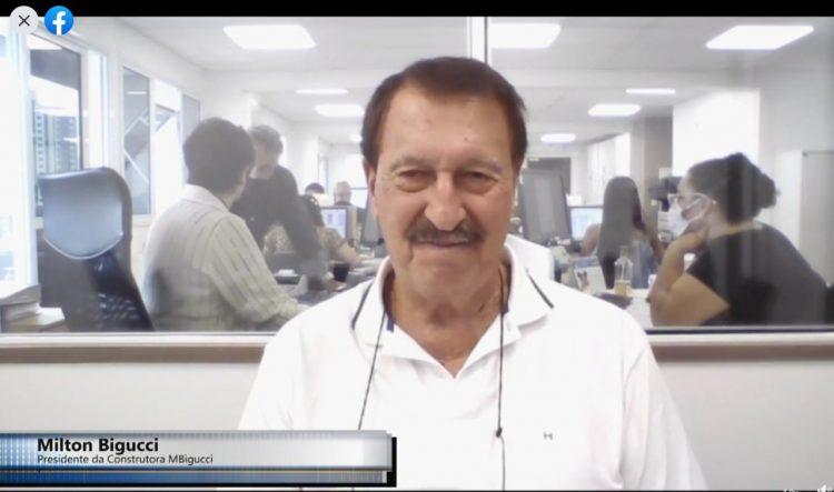 Milton Bigucci, presidente da MBigucci, posicionado em gravação para o Sind Solution (UPTV). Atrás escritório da construtora.
